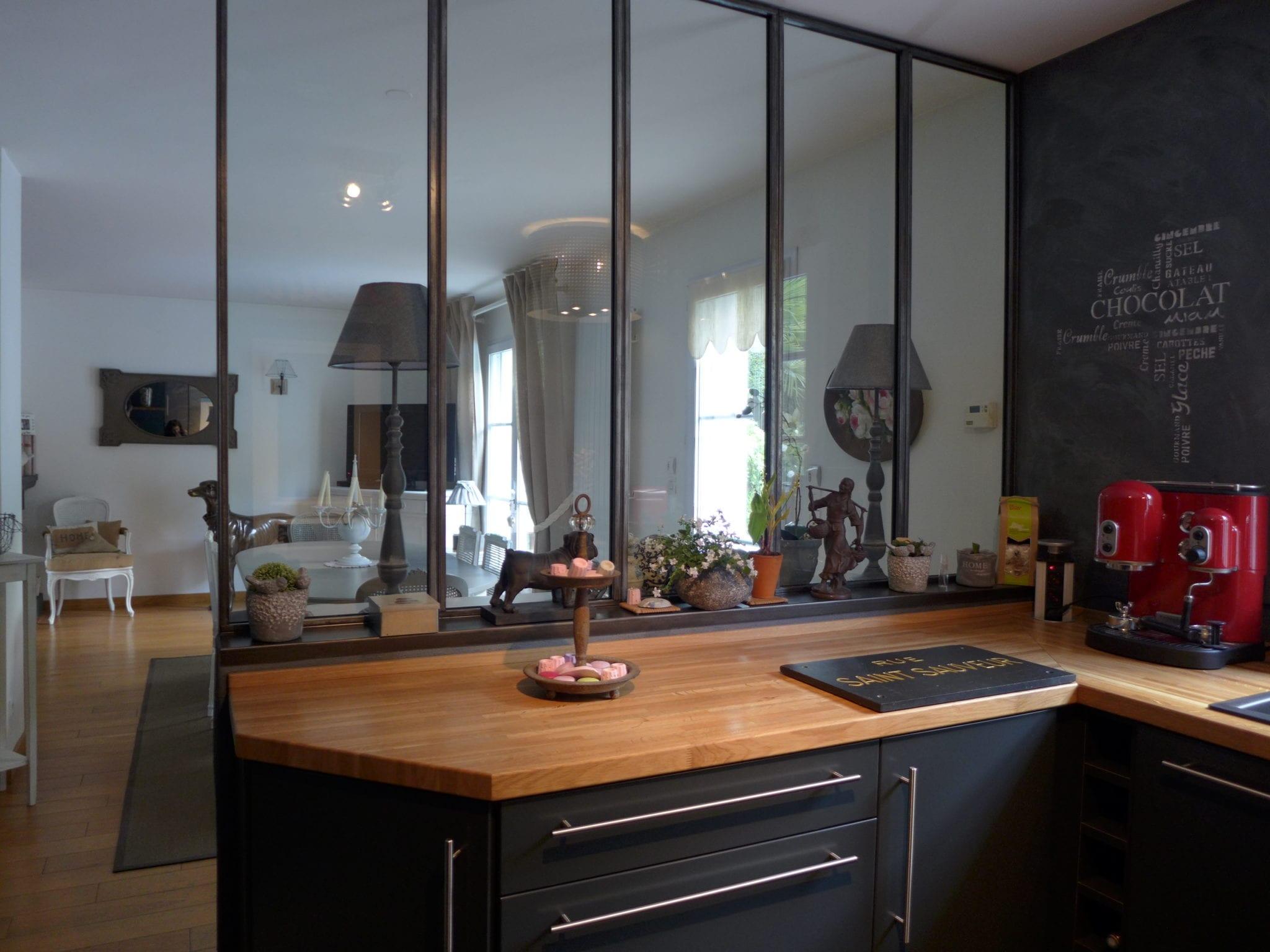verriere d'atelier en acier séparant une cuisine d'un séjour