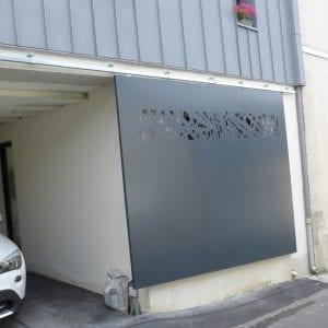 Portail coulissant suspendu en acier et aluminium avec motifs découpés au laser