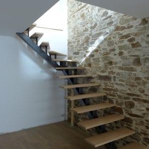 escalier avec limon central acier et marches en chêne
