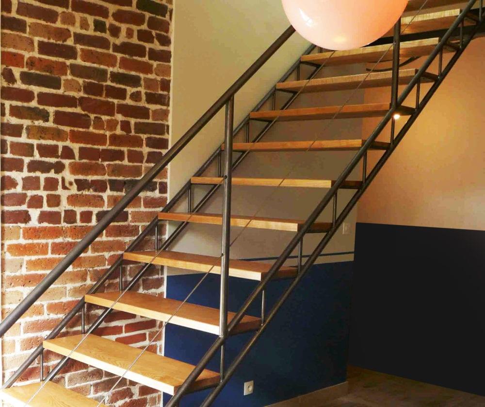escalier droit composé de deux limons en tubes type pont lumière et de marches en chêne