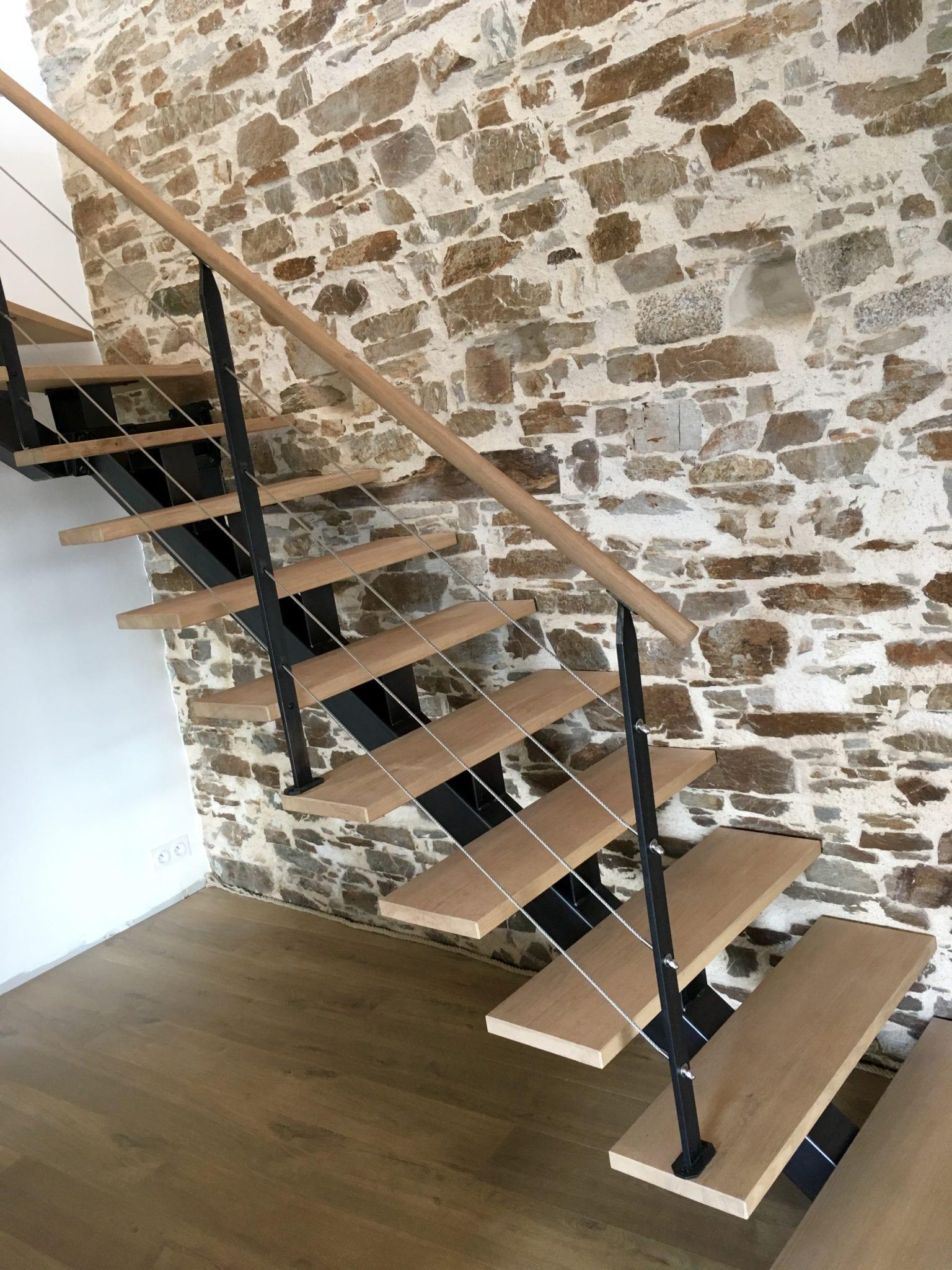 Escalier quart tournant composé d'un limon central en tube acier et de marches en chêne