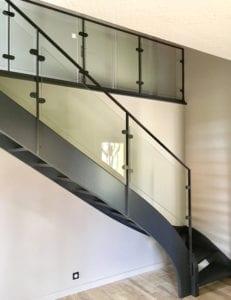 Rénovation d'un escalier avec garde-corps acier et verre