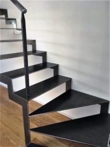 Départ d'escalier crémaillère en acier finition brut