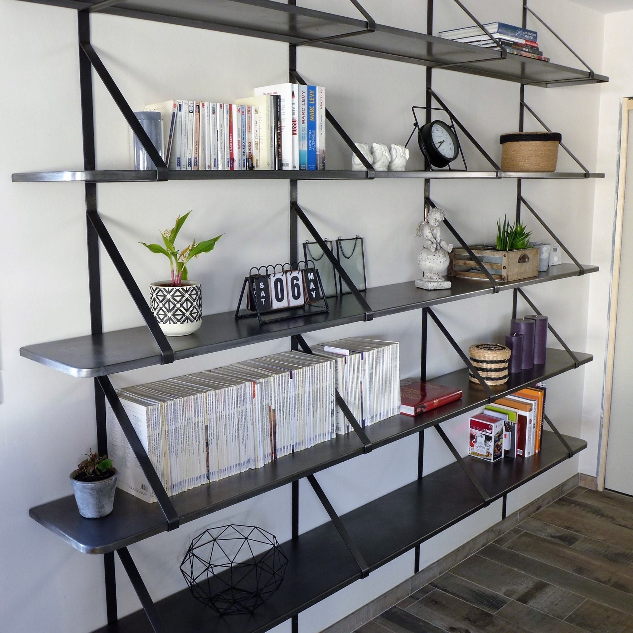 Bibliothèque acier avec étagères en tôle pliée