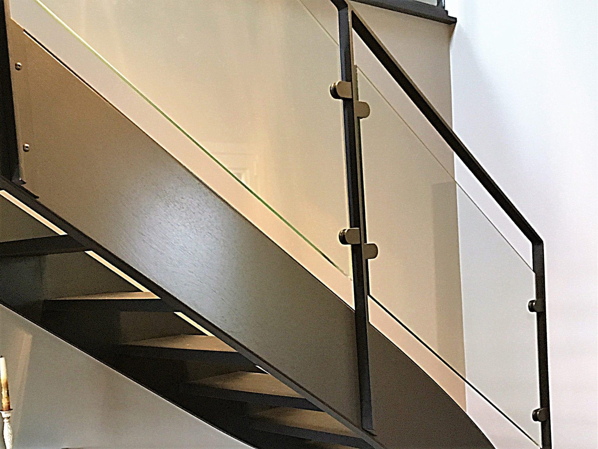 Rambarde d'escalier acier avec remplissage en verre, pose du verre par pinces
