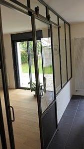 Cloison verrière de type atelier d'artiste en acier avec portes coulissantes