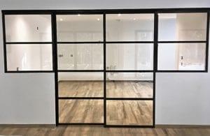 Verrière fixe type atelier avec la porte coulissante fermée