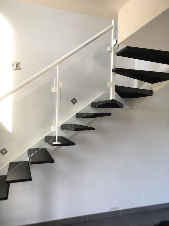 Escalier avec limon décaler et garde-corps acier et remplissage en verre