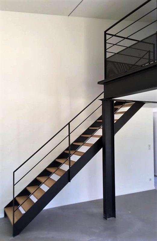 Escalier droit composé de deux limons en tôle acier et de marches en chêne