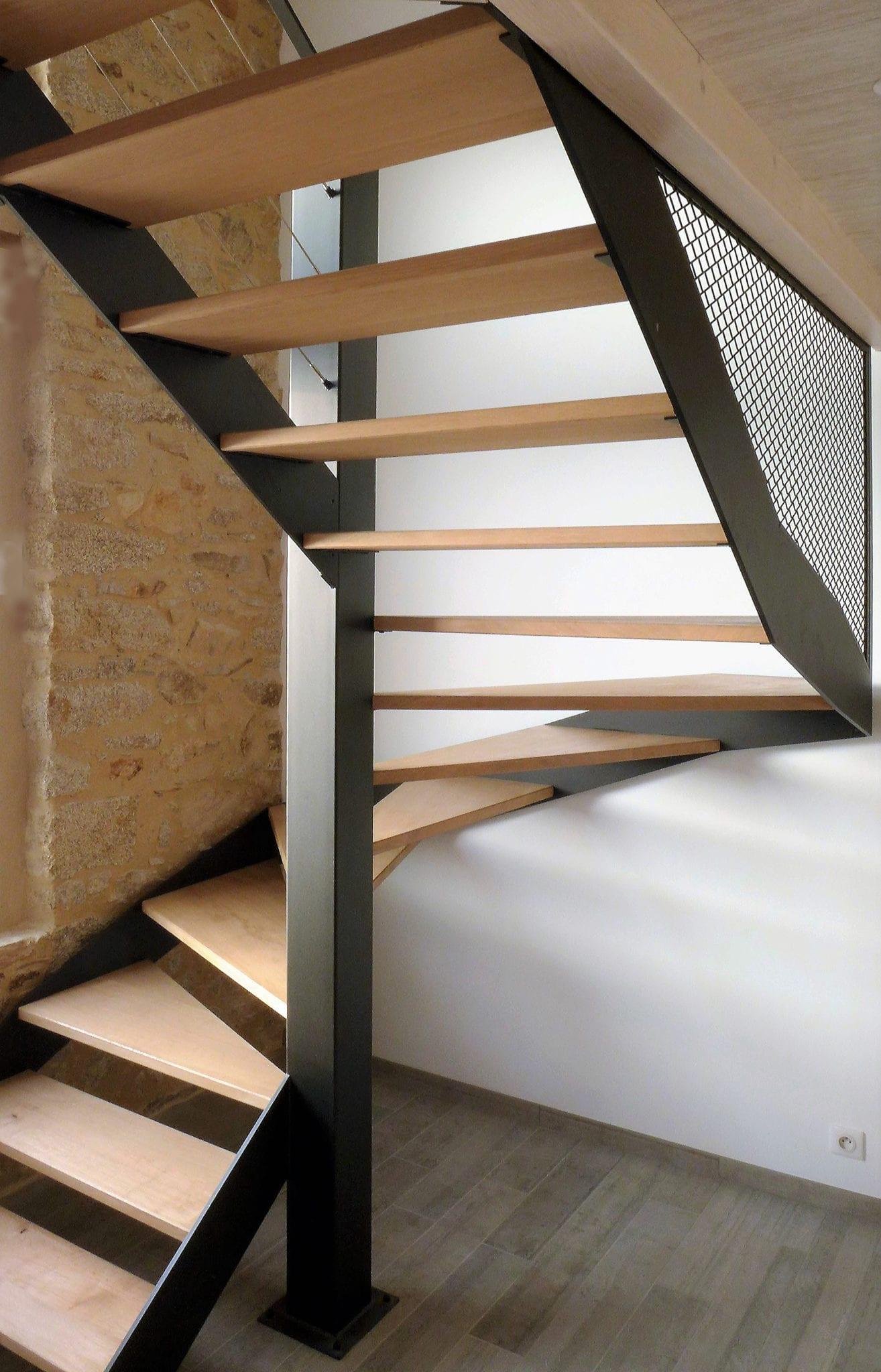 Escalier demi-tour composé de deux limons en tôle acier et marches en chêne massif